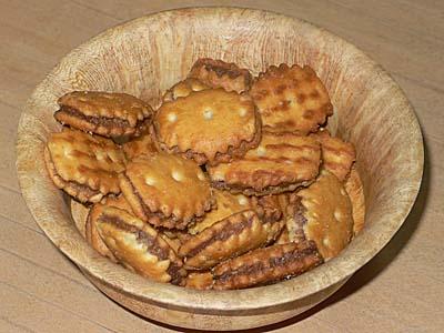 ほのかに甘くてさくさく。松永製菓しるこサンドクラッカー。