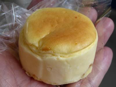ワインを飲みながらチーズケーキ。池田の半熟まるチーズ。