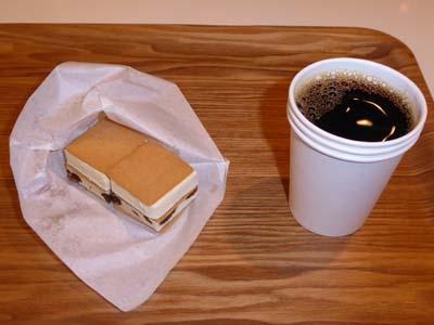 帯広 六花亭 マルセイアイスサンドとサービスのコーヒー