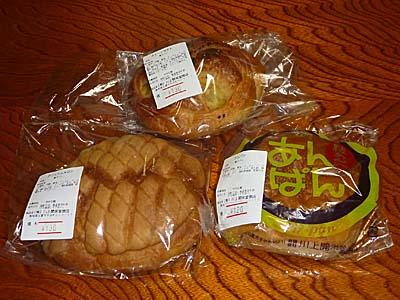 川上開栄堂商店のパン各種