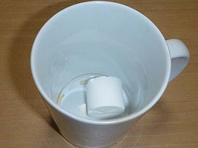 西八製菓 ふる里の味 コーヒー糖 カップに投入