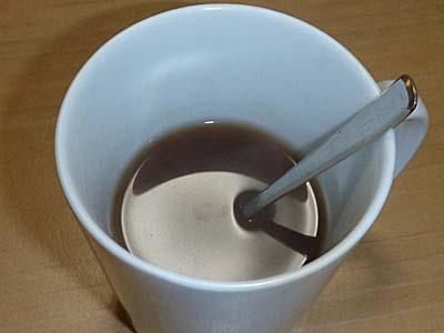 西八製菓 ふる里の味 コーヒー糖 お湯で溶かしたところ